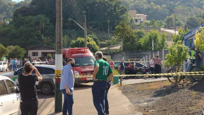 Adolescente invade escola  e mata 3 crianças e uma professora em Santa Catarina