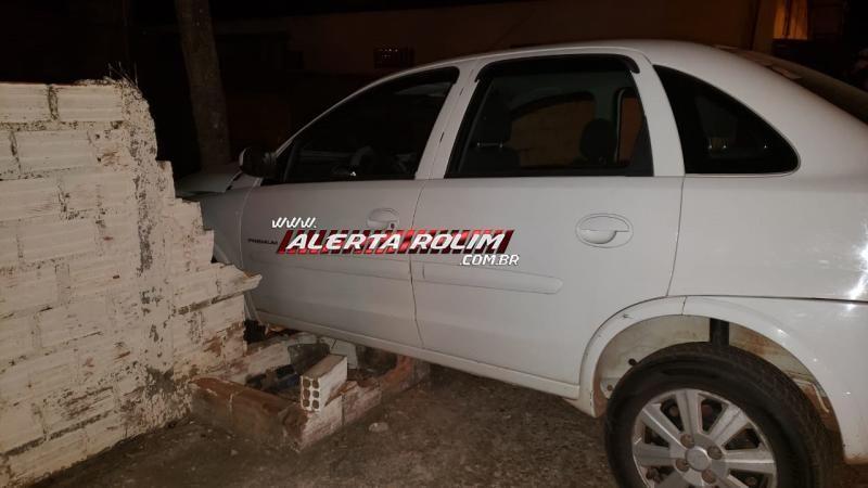 Após acidente entre dois veículos, um automóvel atinge um poste e outro atinge o muro de uma residência em Rolim de Moura; duas pessoas foram socorridas pelos bombeiros