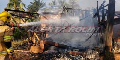 Casa em madeira é consumida por incêndio no Bairro Beira Rio nesta tarde de segunda-feira em Rolim de Moura