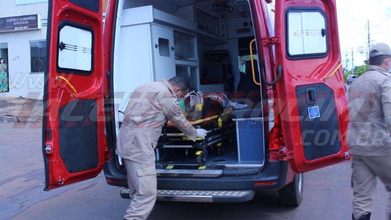 Condutora de moto fratura perna ao ser atingida por camioneta no Centro de Rolim de Moura