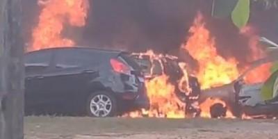 Fogo destrói 13 veículos apreendidos em Presidente Médici; origem é desconhecida - Vídeo