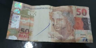 Homem passa nota falsa a picolezeiro e ainda recebe de troco R$ 39,00 em Jaru