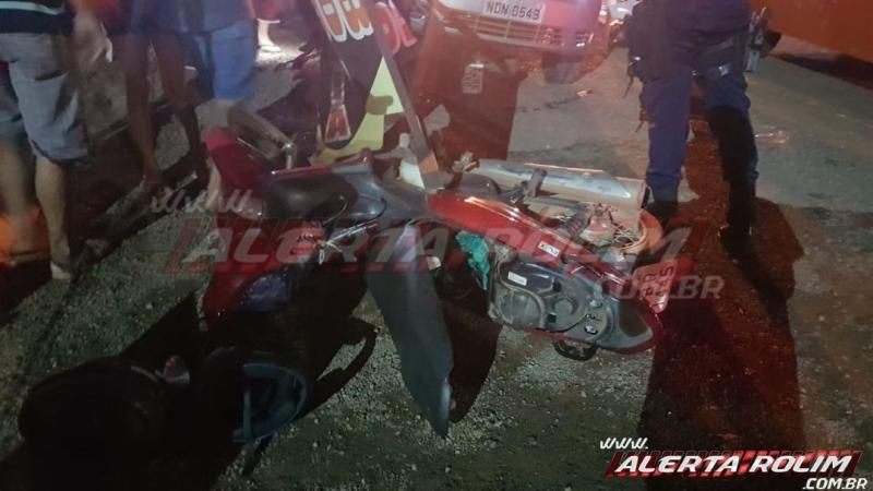 Homem perde o controle da direção do carro e atinge várias mesas de lanchonete e outros veículos em Rolim de Moura