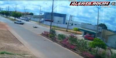 Veja o vídeo - Motorista de carro se evade do local após provocar acidente de trânsito em Rolim de Moura