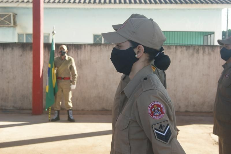 Formatura militar marca a passagem de comando dos bombeiros de Rolim de Moura