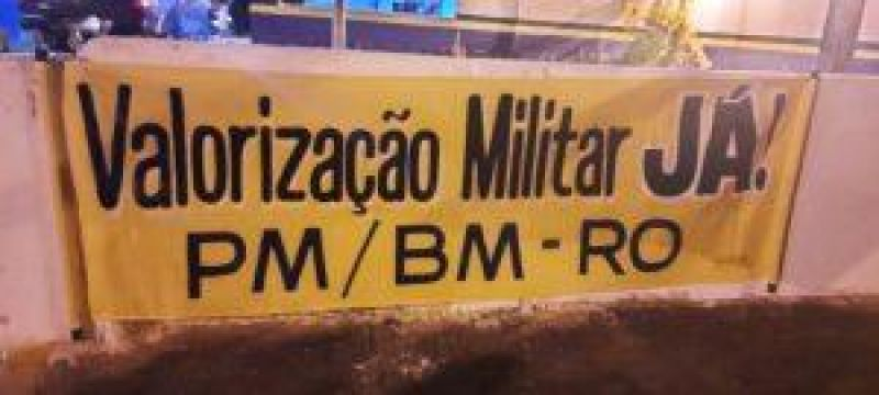 Familiares de policiais militares montam acampamento em frente ao Quartel do 4º BPM em CACOAL durante manifesto