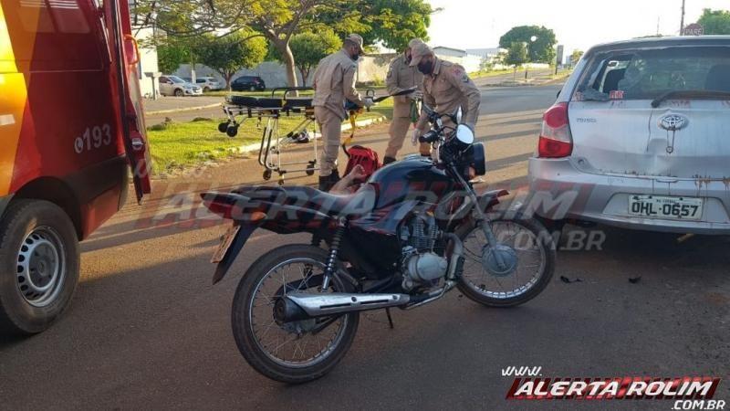 Dois são socorridos após condutor de moto bater em traseira de carro estacionado em Rolim de Moura