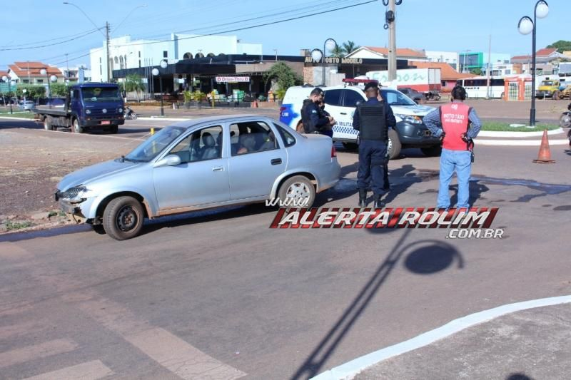 Mototaxista é encaminhada à UPA após ser atingida por carro no Centro de Rolim de Moura