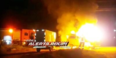 Kombi pega fogo enquanto motorista transitava pelo bairro Olímpico em Rolim de Moura - Vídeo