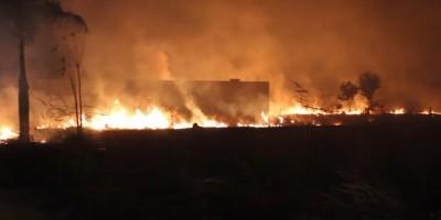 Incêndio em vegetação durante a noite de quinta-feira causa transtornos aos moradores do Jardim Tropical em Rolim de Moura - Vídeo