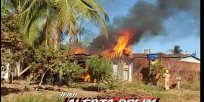 Moradora perde tudo após sua casa ser destruída por incêndio nesta sexta-feira em Rolim de Moura - Vídeo