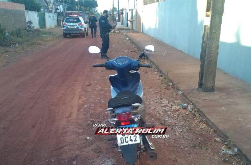 Mulher tem moto roubada por dois bandidos armados e logo em seguida veículo é recuperado pela PM