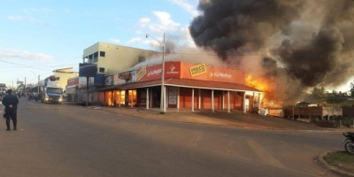 Incêndio em Colorado atinge farmácia e loja agropecuária - Vídeos