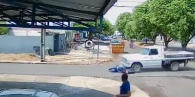 Motociclista escapa da morte ao ser atropelado por caminhonete em Cacoal - Veja o vídeo
