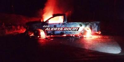 Caminhonete Hilux foi totalmente consumida pelo fogo, na zona rural de Alto Alegre dos Parecis