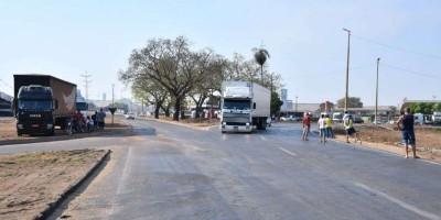 Manifestantes fecham rodovias no MT e caminhões e veículos de carga seca estão proibidos de seguir viagem
