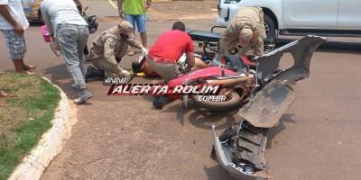 Mulher foi socorrida pelos bombeiros, após acidente entre carro e moto no centro de Rolim de Moura