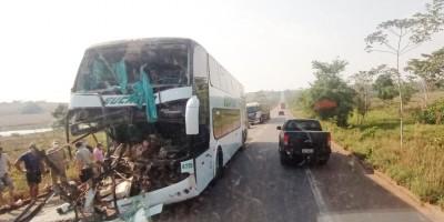 Ônibus da Eucatur bate atrás de carreta na BR-364 entre Pimenta Bueno e Cacoal