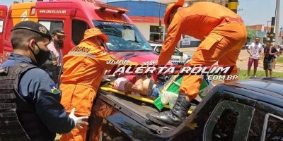 Motociclista parou em cima de carroceria de pick-up durante grave acidente no Centro de Rolim de Moura