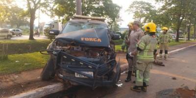 Motorista fura sinal, bate em viatura da Força Nacional e até semáforo é arrancado em RO