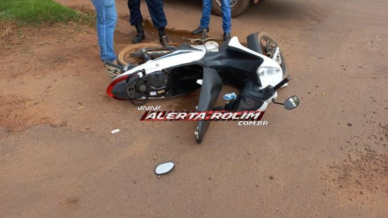 Mulher fratura clavícula após colisão entre carro e moto nesta manhã de terça-feira em Rolim de Moura