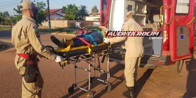 Mulher foi socorrida pelos bombeiros após acidente entre carro e moto, no bairro Planalto em Rolim de Moura