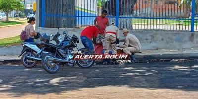 Mulher foi socorrida pelos bombeiros, após colisão entre carro e moto em cruzamento na área central de Rolim de Moura